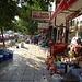 ... und Gang entlang der Marktstände der Hauptstrasse