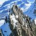 Rückblick auf die Verfolgerseilschaft auf einem Gendarm im Aufstieg zum Breithorn Mittelgipfel.