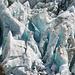 Eis-Detail mit schimmernden Blautönen