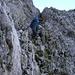Abklettern durch einen kleinen Kamin (steiler, als es hier aussieht)