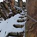 Auf der schattigen Nordseite des Grates gibts Schnee und ne steile Holztreppe ...<br />von unten schauts halb so wild aus ....