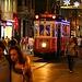 """İstanbul: Durch die Fussgängerzone der Strasse """"İstiklal Caddesi"""" fährt das wiederbelebte historische Tram zwischen dem Platz Taksim und der Station Tünel."""