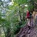 Nach ein paar Minuten geht man ueber eine Bruecke und dann direkt in den Wald hinein. Danach geht's ziemlich flott auf Serpentinen (T2) knapp 700Hm nach oben zum Mirador de Calcilarruego (1970m). Zum Glueck im Schatten.
