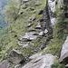 La prima scalinata vista da sotto il masso erratico. Si vedono distintamente le tacche scavate dell'antico sentiero