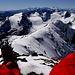Verdiente Pause auf dem Gipfel des Corno Rosso mit Sicht zur Monte Rosa - / Mischabelgruppe.
