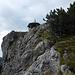 Nach der Kletterei geht's über den Grat zum Pavillon. Über die Felswand links führt der Übungsklettersteig Oberer Stripsenkopf auf den Gipfel.