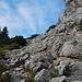 Drahtseile und Eisenklammern helfen über plattige Felsen.