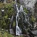 Im Abstieg zwischen Portella de Baiau und Refugi de Baiau - Vorbei an einem kleinen Wasserfall.
