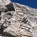 Dieses 10m-Wandl ist leicht überhängend und die Schlüsselstelle des Furcia Rossa Klettersteiges.