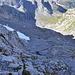 Schon oberhalb des grossen Schuttfelds in der Wand. Von diesem muss man weit nach links hinüber, wenn man den von [U PStraub] beschriebenen Abstieg nehmen möchte.
