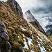Auf dem Weg zum Gätterifirst, nordseits mit Schnee im freuchten, steilen Grasgelände