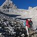 Weiter geht's (T2) um den langen Gratruecken herum, der sich vom Neveron de Urriellu (2523m) herunterzieht.