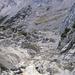 Tiefblick in die berüchtigte Schotterrinne hinauf zum Schönen Fleck