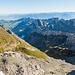 Abstieg vom Girensattel her über das Schuttfeld ganz im Vordergrund. Ich peile die drei Bänder rechts im Bild an. Bemerkung: Klick auf's Bild und scrollen, um die angeschriebenen Gipfel besser zu sehen.