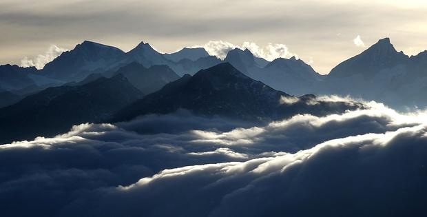 Stimmungsvolles Panorama vom Vorderen Galmihorn bis zum Oberaarhorn.