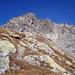 Am Endaufstieg zum Piz Avat, das Gipfelkreuz ist schon sichtbar.<br />Rechts die Schutthalde des Winterweges.