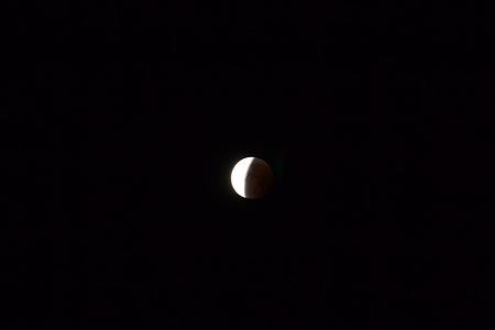 Mondfinsternis aus der Hand fotografiert. Die vollständige Finsternis ist so leider nicht mehr aufzunehmen.