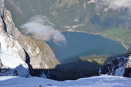 Kurz reisst der Nebel auf und gibt den Blick auf den Klöntalersee frei.