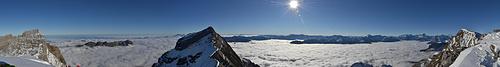 Panorama vom Schwandergrat über dem Hochnebelmeer.