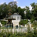Bakı: Im wunderschönen Filarmoniya parkı. Hier lassen sich gerne Pärchen und Familien im idyllischen Park fotografieren.