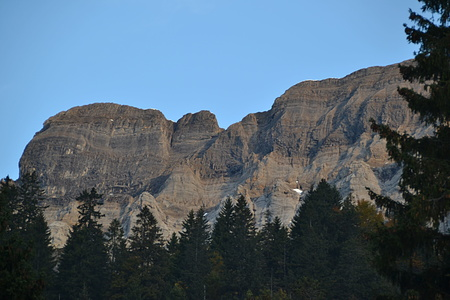 Sicht auf die Bächistock Südwand von der Brunnenberg Bergstation. Die Verhältnisse sehen gut aus, wobei man von hier das Couloir nicht ganz einsehen kann.