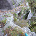Über steile, an die Felsen geschmiegte Treppen