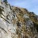 Nur dem zu empfehlen, der gerne senkrechtes Gras hat: Steile Stelle zwischen den beiden Gipfeln des Pizzo Magn (leider im Ab- und im Aufstieg begangen, da ich keinen Durchschlupf durch die nächste Stufe fand...)