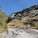si contorna a sinistra una bastionata rocciosa