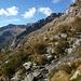 Gleicher Standort. Blick zur Abstiegsroute vom Pizzo Cramosino auf der Alp Furna rechts vor dem markanten Felsriegel.