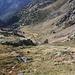 Im Aufstieg zwischen Refugi Vallferrera und Estany de Sotllo - Rückblick. Etwa in Bildmitte ist die Ebene Plans de Sotllo zu sehen, welche von etlichen kleinen Wasserläufen durchzogen wird.