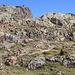 Im Aufstieg zwischen Refugi Vallferrera und Estany de Sotllo - Hier beim Überwinden einer der Geländeschwellen. In der Regel wandern wir heute auf einem guten Bergpfad, nur an wenigen Stellen muss leicht gekraxelt werden.