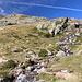Im Aufstieg zwischen Estany de Sotllo und Estany d'Estats - Unterwegs in herrlicher Berglandschaft. Zwischendurch sind hier einige kleine Bäche zu queren.