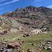 Im Aufstieg zwischen Estany d'Estats und Port de Sotllo - Blick zur eindrucksvollen Südwest-Flanke des Pica d'Estats, die von hier aus etwa 600 m nach oben zieht.