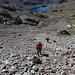Im Aufstieg zwischen Estany d'Estats und Port de Sotllo - Rückblick während wir uns über den steilen Schutthang schlängeln. Noch gibt es sogar eine Art Pfad zwischen Steinen.