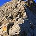 Rückblick auf den Abstieg in die erste grosse Scharte zwischen Σκάλα (Skála) und Μύτικας (Mytikas). Man bewegt sich meist im T4-Gelände.