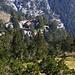 Blick auf die schön im Wald auf 2100m Höhe gelegenen Hütte Καταφύγια Σπήλιος Αγαπητός / Καταφύγια A' (Katafúgia Spílios Agapitós / Katafúgio A').