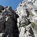 ...zu einer Felsrinne. Ab hier ist's Kraxelgelände, wie hier ab und zu dürftig mit Ketten gesichert.