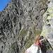 Am Ende der Rinne wartet eine Scharte, auf deren anderer Seite es steil und ausgesetzt ein paar Meter hinuntergeht. Unten angekommen, wird in der Folge eine riesige, steile Felswand gequert.