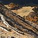 Tiefblick vom Pne. di Nara über gemauerte Lawinenverbauungen hinunter zur Alpe Nara