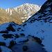 Abstieg über den Hohwang: während sich hierher während den Wintermonaten vermutlich kein Sonnenstrahl mehr verirrt, geniesst das darüberliegende Ritzlihorn während dem ganzen Jahr Sonne
