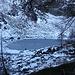 """<b>Dopo aver avvistato un paio di camosci in fuga affronto una leggera salita con il fondo innevato. Alle 10:30 pervengo alla conca che ospita il Lago di Ravina (1885 m), già nel riposo invernale. <br />Non ci sono emissari, sembra un """"Mar Morto""""</b>"""