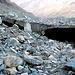 Hier gluckert ein Gletscherbach unter ausgehöhlten Toteisbrücken.