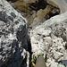 Rückblick durch den senkrechten Kamin (IV+) der dritten Seillänge