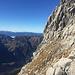 Bereits im Abstieg über den einfachen Steig. Unterhalb der Bildmitte Kletterer im gerade gemachten Westwandsteig