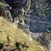 Diebsloch, ein schmaler Pfad führt hinüber, aber es gibt keinen Halt über der senkrecht abfallenden Felswand darunter