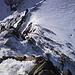 Tiefblick vom Gipfel zum Skidepot