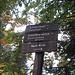 hübsche Holzwegweiser führen uns zum Weg Richtung Schöttelkarspitze über Schwarzkopf und Seinskopf