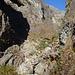 Die Schutthalde des Bergsturzes vom 19. April 2005 ist erreicht. Darüber ragt die Felsnadel Ul Frà in die Höhe.