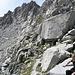 Mitte im tiefsten Einschnitt ist der Übergang. Der Pass Cacciabella Sud
