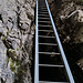 Wer Leitern nicht mag kann sie auch mit Kraxeln umgehen, die Stelle ist mit Ketten und Drahtseilen gesichert